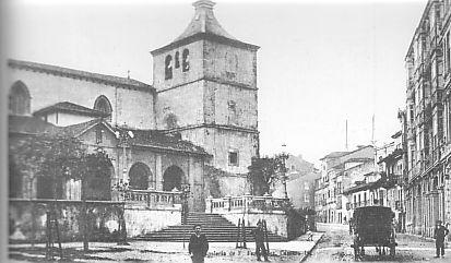 Avilés antiguo. Iglesia del antiguo monasterio de San Francisco (hoy parroquia de San Nicolás de Bari) y calle del mismo nombre.
