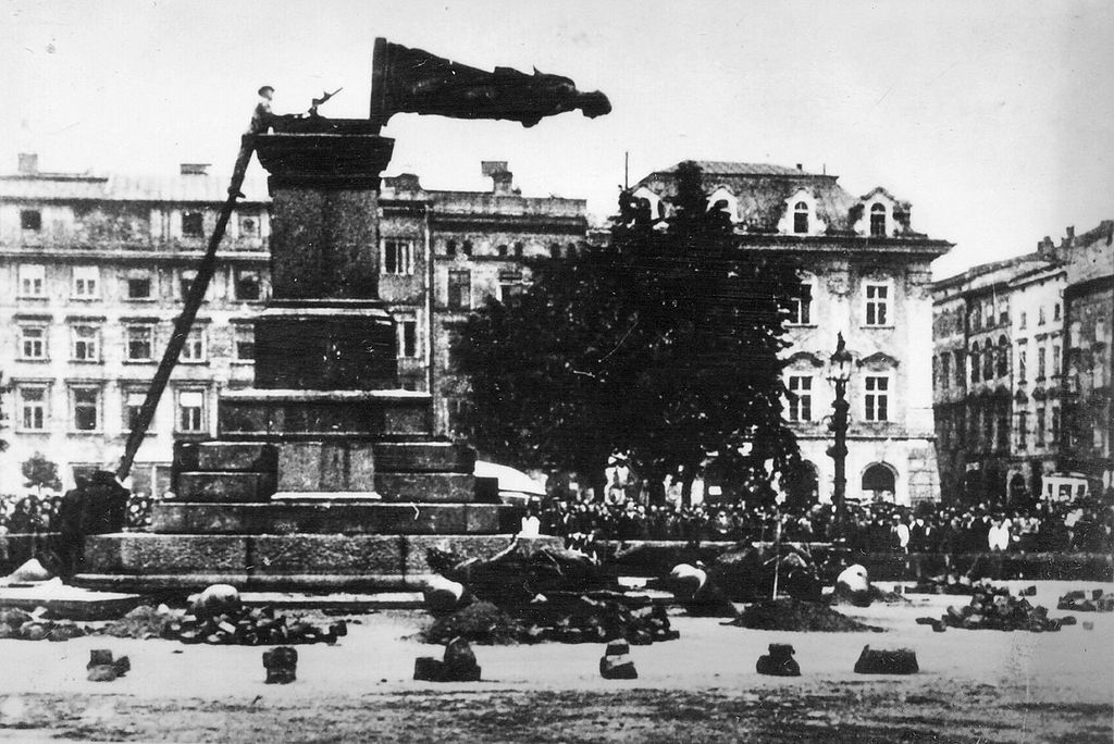 1024px-Fall_of_Mickiewicz_Monument_(1940)
