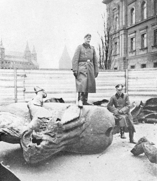 Orgullosos de su obra: nazis posando con las ruinas del monumento, 1939